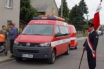 Hasičské zástavy, slavnostní uniformy, dechová hudba a zbrusu nová dodávka VW v barvách Sboru dobrovolných hasičů Malé Hoštice. To byly hlavní atributy dnešní dopolední akce, kdy místní hasiči uvedli do provozu své nové auto.