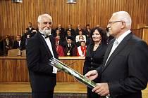 Jako jeden z nových 104 profesorů byl jmenován prezidentem Václavem Klausem i Jindřich Štreit.