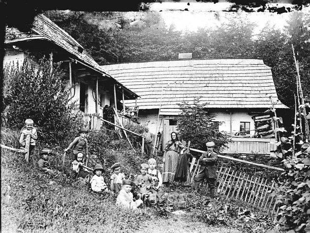 Fotografie zachycují každodenní život sudetských Němců v jejich původním domově.