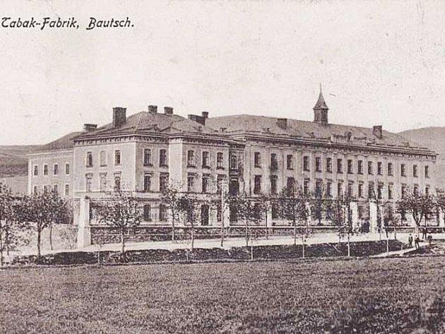 Historický snímek původní továrny na doutníky.