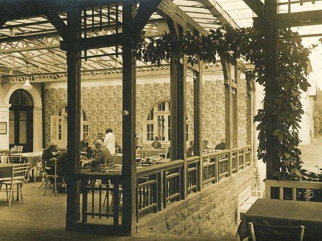 Čilý ruch a plno lidí, kteří se sem přijeli zotavit. Takhle Jánské koupele vypadaly na počátku minulého století.
