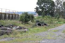 Tady by měla bioplynka stát. Zatím je zde odkladiště nepotřebného.