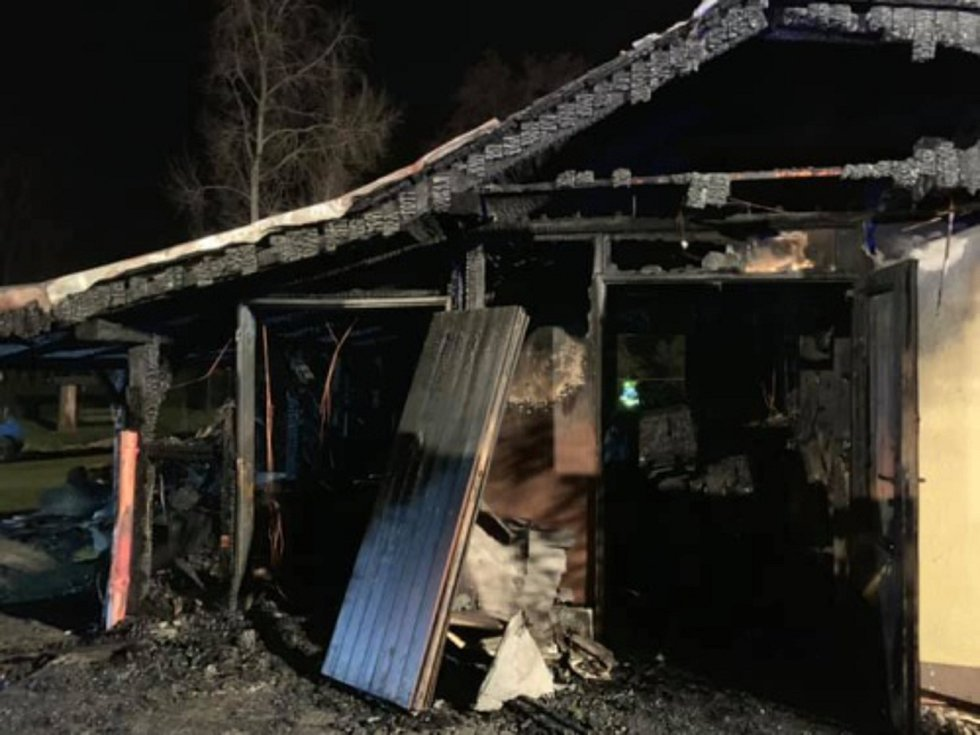 Požár garáže zničil dva motocykly a malotraktor.