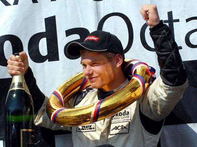 Pilot Autocentrály Erik Janiš ovládl sedmý závod Octavia Cupu v Mostě i celkové pořadí jedenáctého ročníku okruhové soutěže.