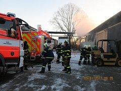Ranní pohotovost v pondělí mělo pět hasičských jednotek, které musely zasahovat u požáru střechy části výrobní haly v Jaktaři. Oheň sice nezpůsobil žádná zranění, ale škoda na majetku byla vyčíslena na 700 tisíc korun.