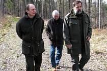 Ministr zemědělství Petr Gandalovič (vlevo) si přijel na Opavsko prohlédnout stav místních lesů.
