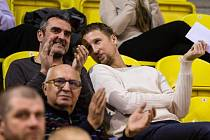 Ladislav Sokolovský už sleduje zápasy Opavy jako divák. Na snímku sedí vpravo ve společnosti trenéra opavského béčka Kamila Ihringa.