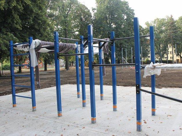 Park u svaté Hedviky se pomalu mění do nové modernější podoby. Místo laviček a kovové dětské průlezky tam už dnes stojí fitness zóna, hřiště a lanová pyramida.