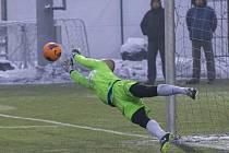 Slezský FC Opava – FC Hlučín 5:1 (brankář Hampel likviduje penaltu)
