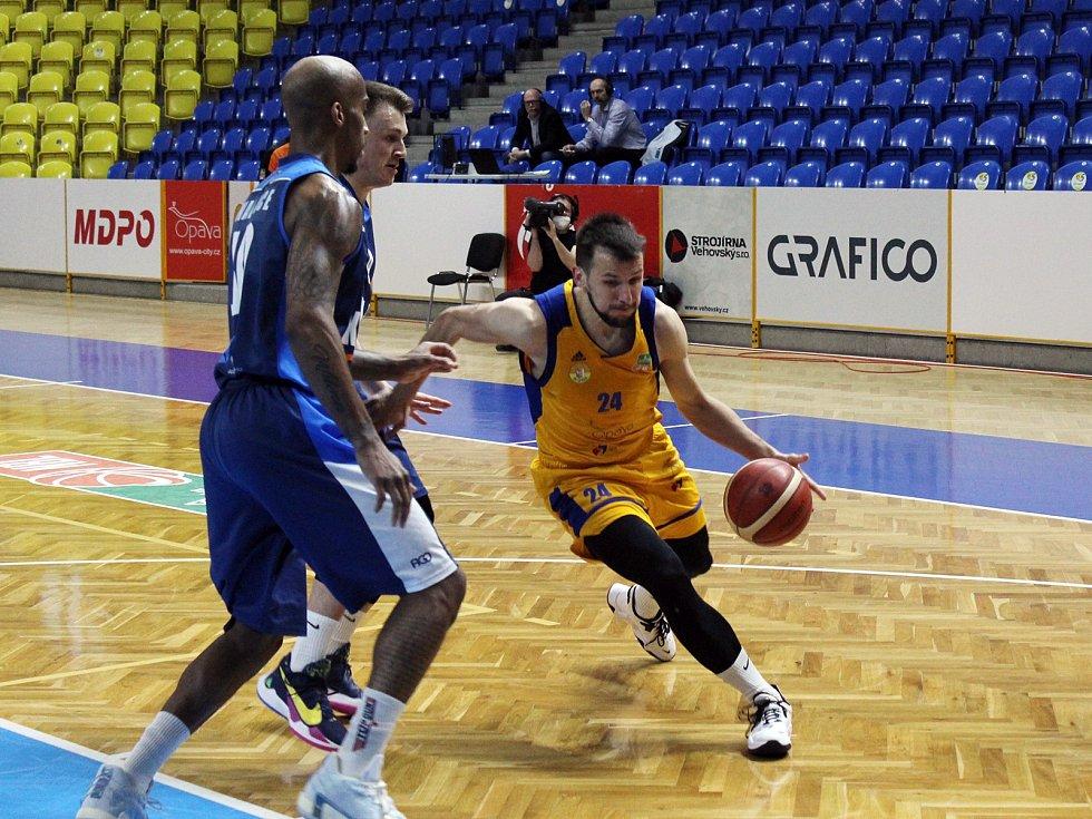 Basketbalisté Opavy (ve žlutém) se po výhře nad Kolínem osamostatnili na druhém místě tabulky.