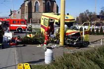 Dopravní kolize sanitky a osobního vozu, při které byl usmrcen chodec.
