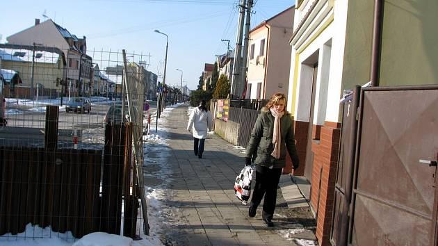 Ulice Náměstí v Kravařích. V těchto místech vyhrožoval šestačtyřicetiletý muž své družce.