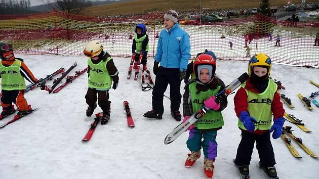 Pod vedením zkušených instruktorů z opavské agentury Sportovnikurzy.cz se během ledna učilo šest desítek dětí z mateřských škol Opavy a okolí lyžovat. V pěti jednodenních kurzech se na tošovické sjezdovce děti od tří let seznamovaly s lyžemi.