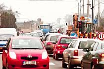 Kolony aut v Malých Hošticích, kde je nyní částečná uzavírka. Důvodem je výstavba kanalizace. Omezení potrvá do 31. května.