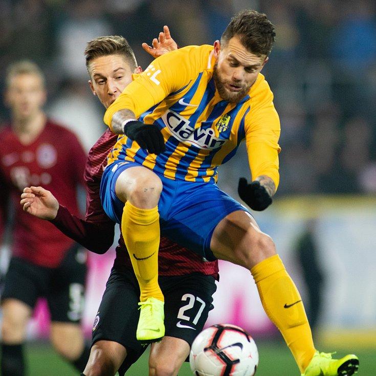 Opava - Zápas osmifinále MOL Cupu mezi SFC Opava a AC Sparta Praha 28. listopadu 2018 na Městském stadionu v Opavě. Tomáš Wiesner (AC Sparta Praha), Petr Zapalač (SFC Opava).