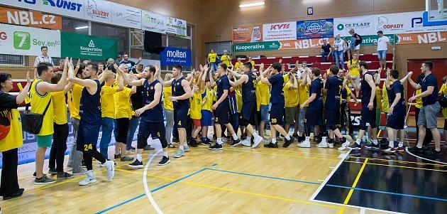 Pozápasová děkovačka opavských basketbalistů s fanoušky.