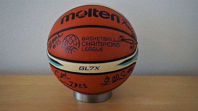 Originál balón zChampions league podepsaný všemi hráči BK Opava a trenérem.