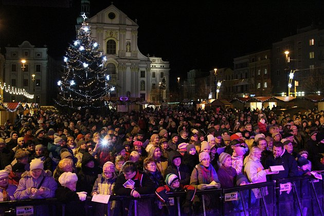 Akce Česko zpívá koledy vOpavě na Dolním náměstí.
