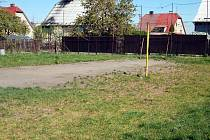 Na místě tohoto hřiště má vzniknout stavební parcela.