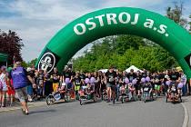 Asistovaný běžecký závod s handicapovanými dětmi a mladými lidmi v Městských sadech.