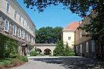 Klasicistní zámek v Dolním Benešově vznikl z původní tvrze
