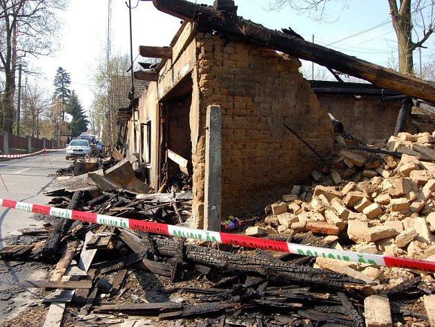 Požár se rychle rozšířil a z domu zůstaly jen obvodové zdi a komín.