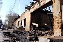 Takto vypadal vypálený dům na Opavské ulici ve Vítkově po útoku žhářů v dubnu 2009. Dnes je srovnán se zemí.