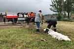 V souvislosti s bouřkami a deštěm museli hasiči v neděli 3. června na celém území kraje vyjíždět už k více než stovkám případů. Asi nejhůře dopadly Větřkovice, kde bláto hned dvakrát zaplavilo tamní sportovní areál v centru obce.