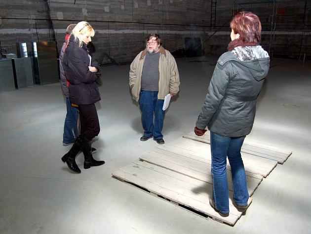 Hlavní prostor. Dříve tu byla diorama, nyní vedení památníku ve spolupráci s Miroslavem Žálkem  (na snímku uprostřed) připravuje novou expozici.