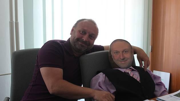 """Starosta Ludgeřovic Daniel Havlík (vlevo) se svým """"kolegou"""", kterého pro něj jako překvapení k letošním kulatinám připravili zaměstnanci obecního úřadu."""