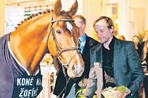 Bratři Karel a Marián Rodenovi jsou na koňském galavečeru téměř pravidelnými hosty. Karel Roden odměňuje skokového koně roku 2011 Arista Z.