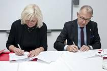 Ředitelka SZM Jana Horáková a starosta Ratiboře Mirosłav Lenk podepisují dohodu o spolupráci.