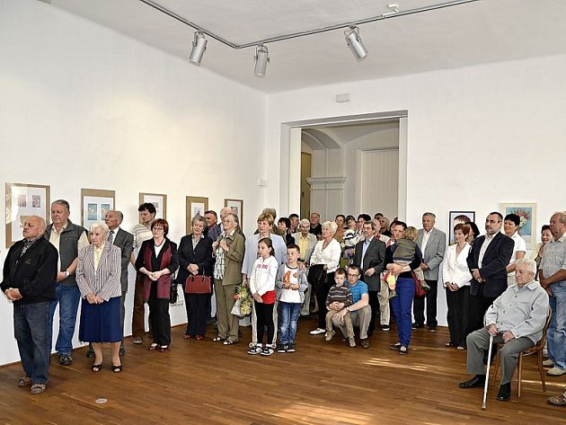 Vernisáž Foltýnovy výstavy v prostorách hradecké městské galerie si nenechala ujít spousta lidí.