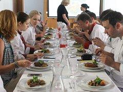 V Opavě se představili kuchaři z ukrajinské Oděsy. Na snímku se zrovna ochutnává kotlet po kyjevsku.
