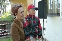 Malý Igor se po úspěšné operaci srdce přijel na hasiče z Velkých Heraltic podívat.