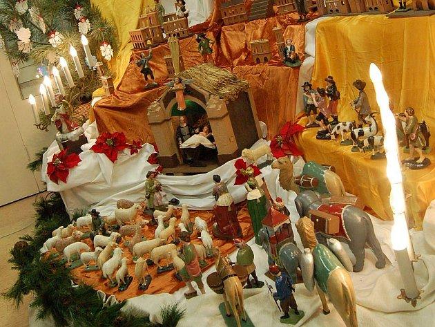 Vánoční výstava lákala o uplynulém víkendu. Konala se v prostorách Mateřské školy Mnišská. K vidění byly výrobky z různých materiálů a taky několik verzí betlému.