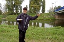 Tudy tekla voda. V místech, odkud Jiří Kocián vyprávěl příběh o kravařském mostu, v minulosti plynula voda . Koryto řeky bylo o několik metrů širší a břeh stál v úrovni vodní hladiny.