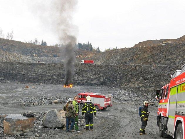 Zásah u hořící dodávky pyrotechnické firmy v lomu v Hradci nad Moravicí.