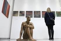 Galerie Hřivnáč toho návštěvníkům nabízí k vidění opravdu dost. Na snímku v popředí se nachází plastika Daniela Kloseho, v pozadí pak visí díla Svatoslava Böhma.