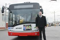 Nový ředitel dopravního podniku Jaromír Walaski vedle trolejbusu číslo 307, který od listopadu funguje také jako pojízdná retro galerie.