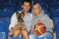 Jakub Šiřina s přítelkyní Kristýnou a jorkšírským teriérem Jessynkou.