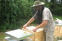 Pavel Košec svým včelám sice důvěřuje, ale hlavu si před žihadly raději chrání.