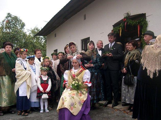 V Bolaticích se snaží obnovit i ukázky ze života obce. Jednou z nich je takzvané Začepení nevěsty.