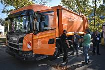 Úklid chodníků a silnic zajišťují pracovníci a stroje technických služeb. Ilustrační foto.