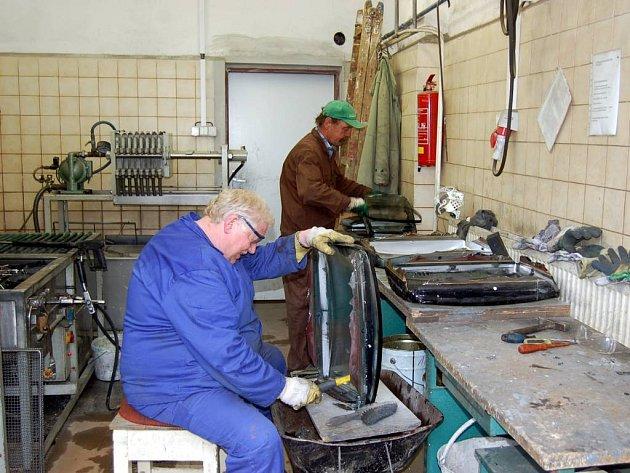 Zdravotně postižení zaměstnanci Charity Opava denně rozebírají elektrické spotřebiče.