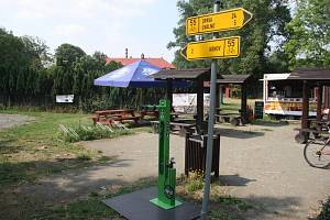 Novinka na Slezské magistrále: cyklostojan s pumpou a nářadím, kterými i laik dokáže vyřešit vypuštěnou duši nebo uvolněné šlapátko.