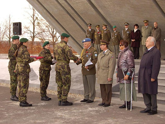 Ve čtvrtek, v den oslavy Dne veteránů, u Památníku druhé světové války v Hrabyni slavnostně nastoupila 53. brigáda pasivních systémů a elektronického boje generála Heliodora Píky z Opavy.