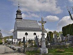Na hradeckém hřbitově mají fotopast zhruba tři roky, od té doby zde krádeží a vandalství ubylo.