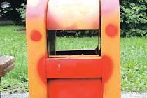 Oranžová barva a červené tečky. Takhle pohádkově vandalové vylepšili koš na odpadky.