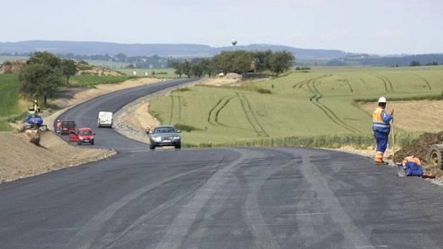Práce na některých úsecích nové silnice mezi Větřkovicemi a Vítkovem už dokonce finišují.